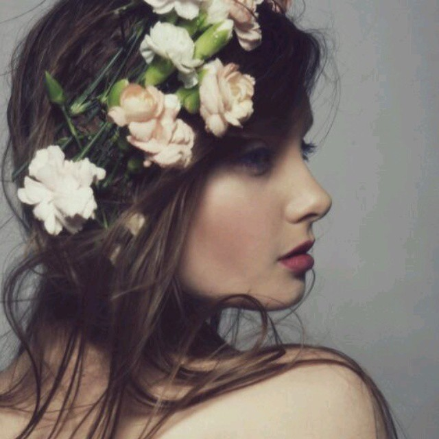flores no cabelo solto