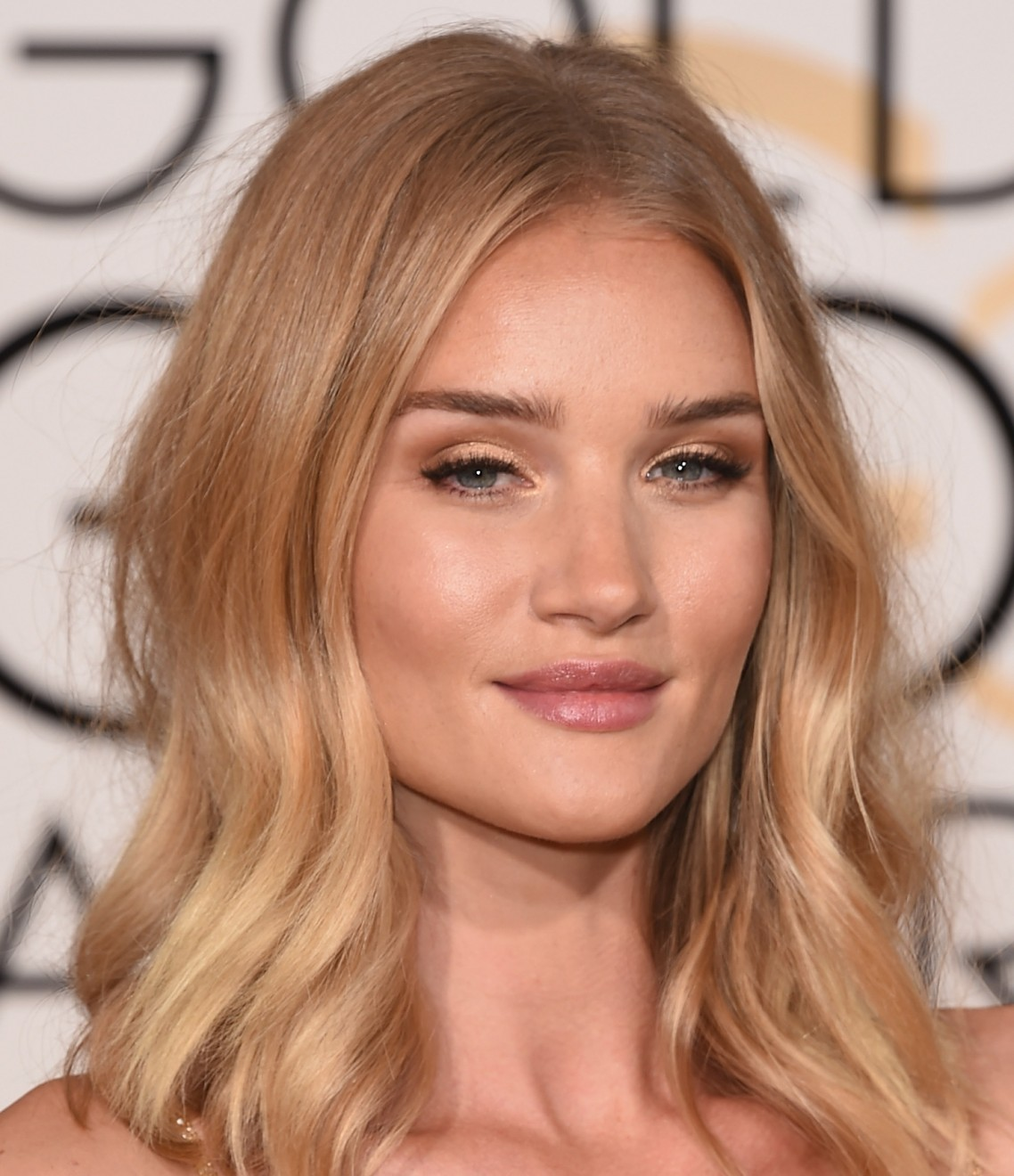 Make dourado Rosie Huntington-Whitely Golden Globes 2016