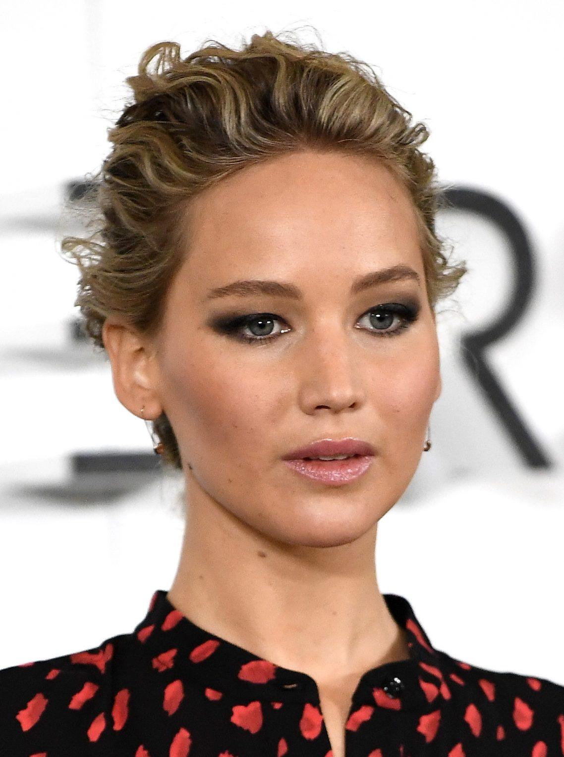 Jennifer Lawrence com olho esfumado preto mostrando que sim, pálpebra gordinha também fica bem com esfumado!!