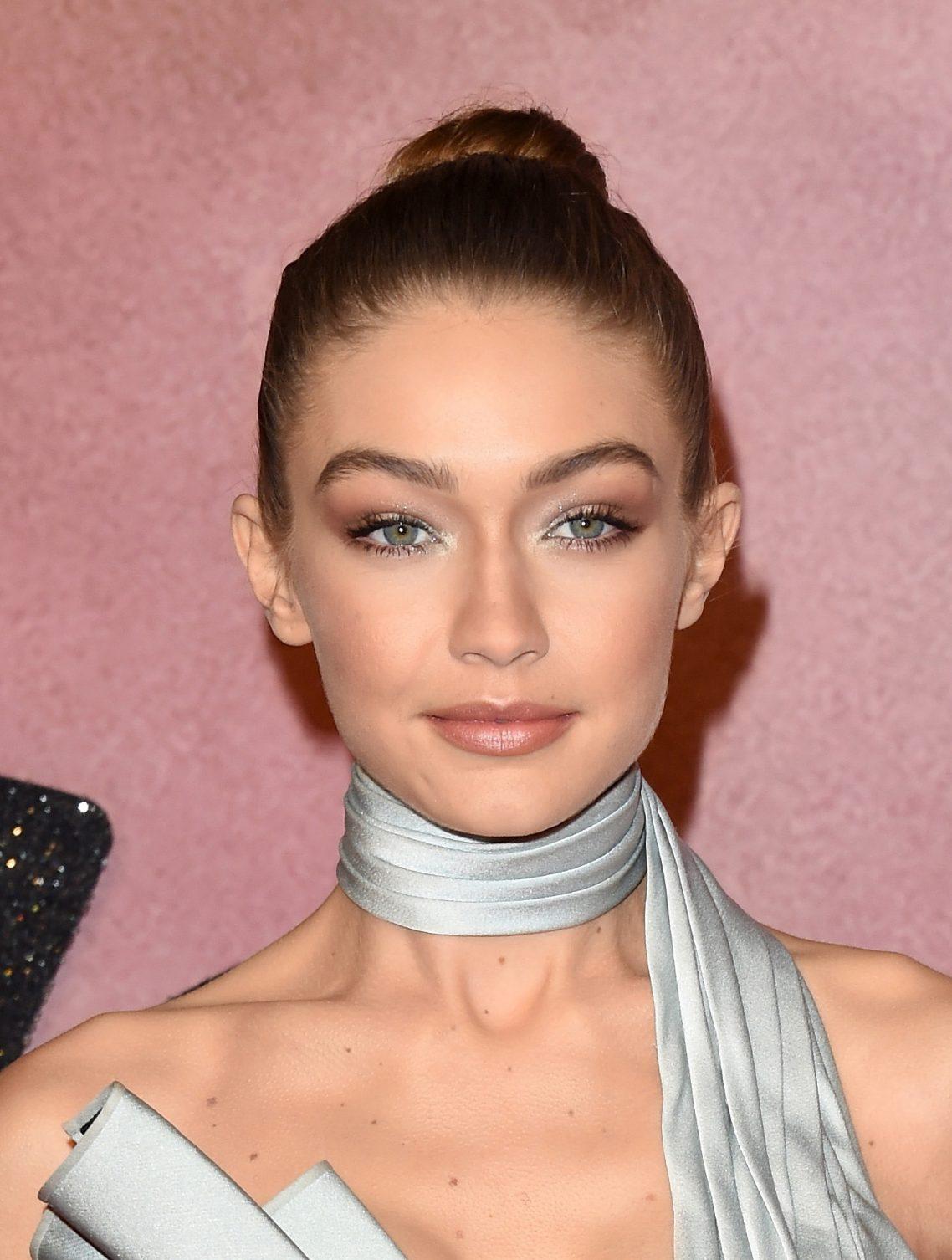 Outra ótima inspiração da Gigi: coque alto bem bailarina e make esfumado com sombra brilhosa