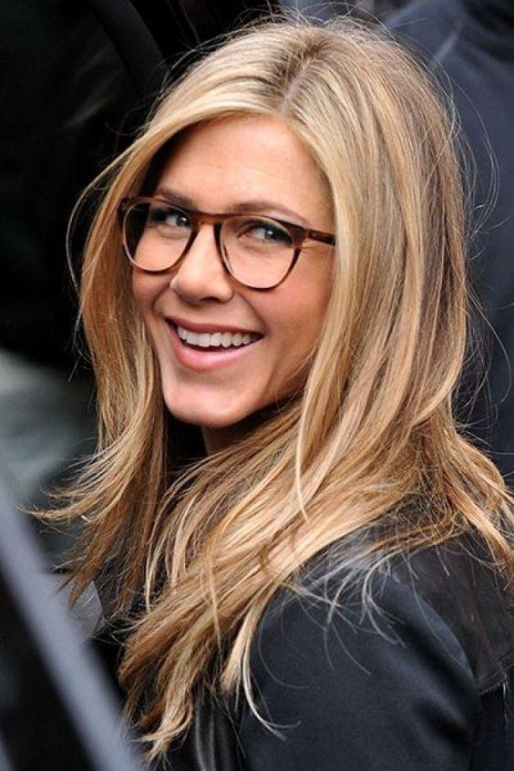 Make bem natural, blush rosado e boca hidratada na Jennifer Aniston - aquele caso onde os óculos são a estrela! Esse quadrado/arredondado é lindo