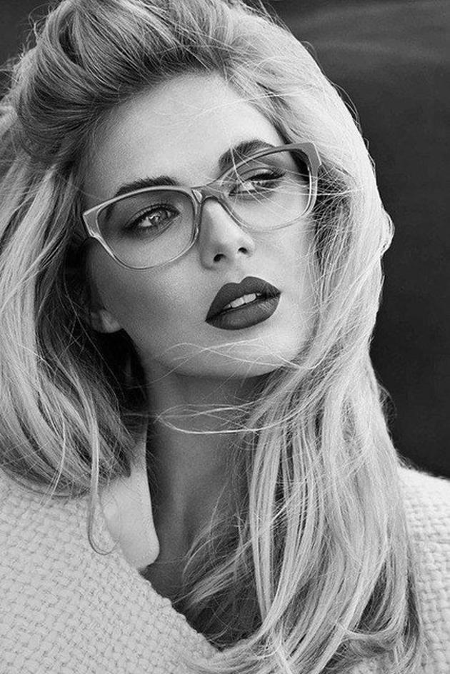 Batom forte e sobrancelha bem marcada com óculos mais claro, dá um ótimo contraste