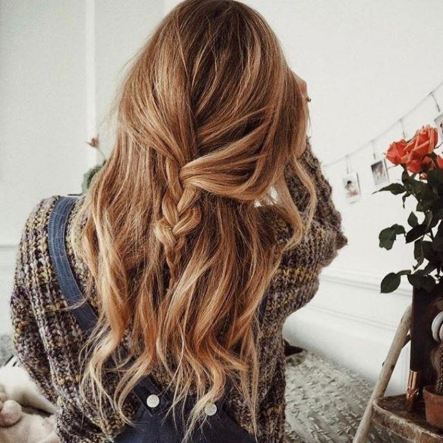 Trança despojada / desabada, ótima ideia para quem não gosta de prender o cabelo, mas quer fazer uma coisinha!