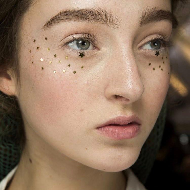Outra ideia fofa para o último respiro do Carnaval - também explora a área inferior dos olhos, mas com estrelinhas coladas em vez do glitter