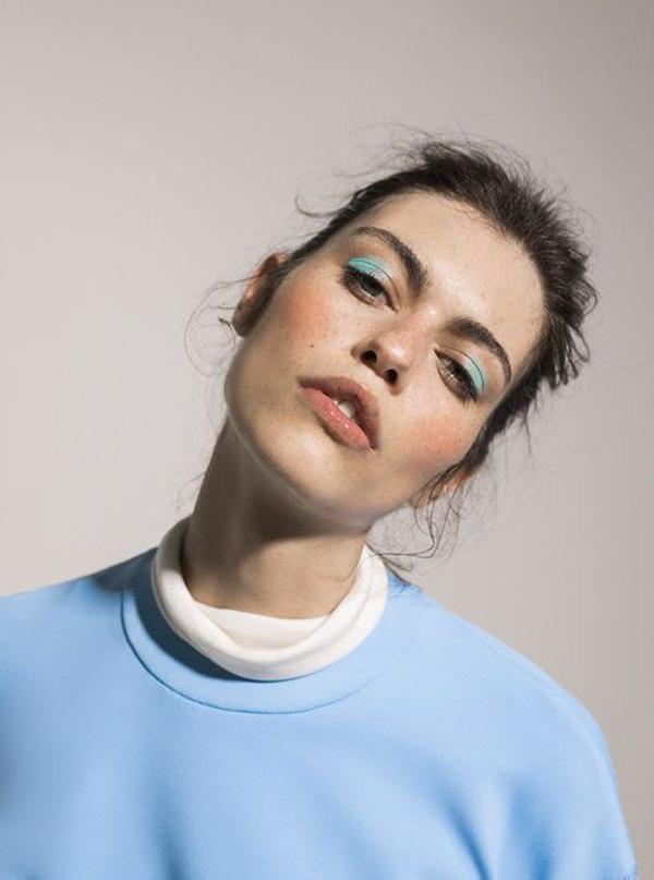 Que tal um toque de azul clarinho nas pálpebras - e nada mais? Jeito super cool de usar cor nos olhos 💙