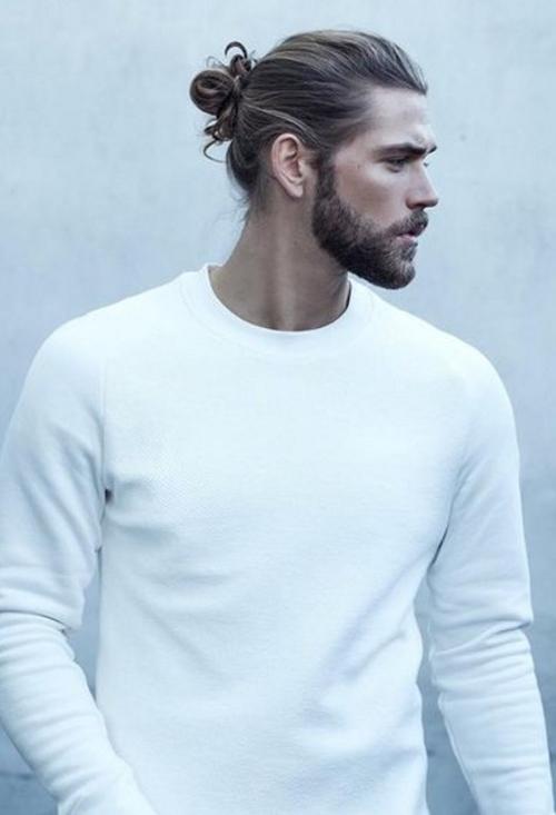Vamos começar a postar inspirações para os meninos também! Que tal esse estilo cabelo preso + barba?