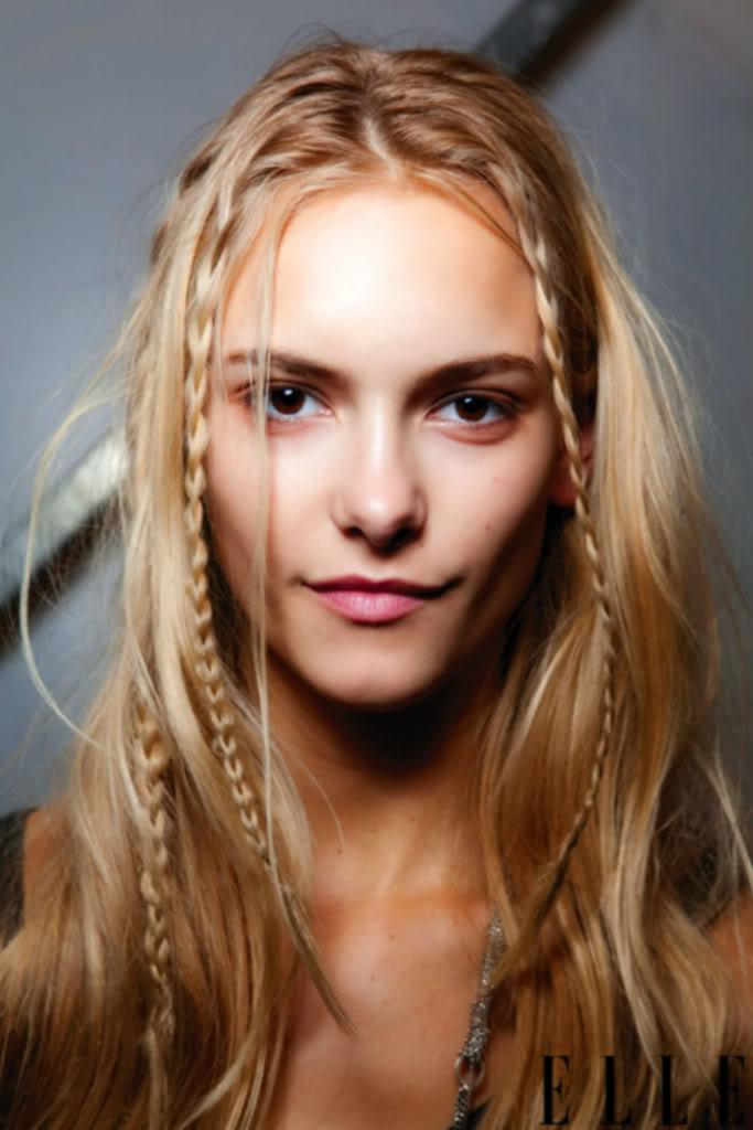 Tranças fininhas e delicadas no cabelo solto dão um super charme - truque hiper fácil para copiar!