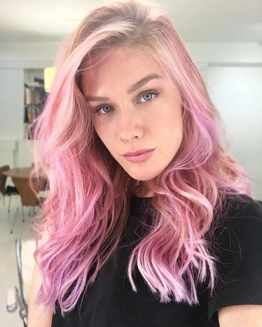 Fiorella querida e musa ficou um escândalo com esse cabelo pink!!! Ela pintou para viver Mika, personagem da nova série Rua Augusta do TNT. Fiooo amei demais