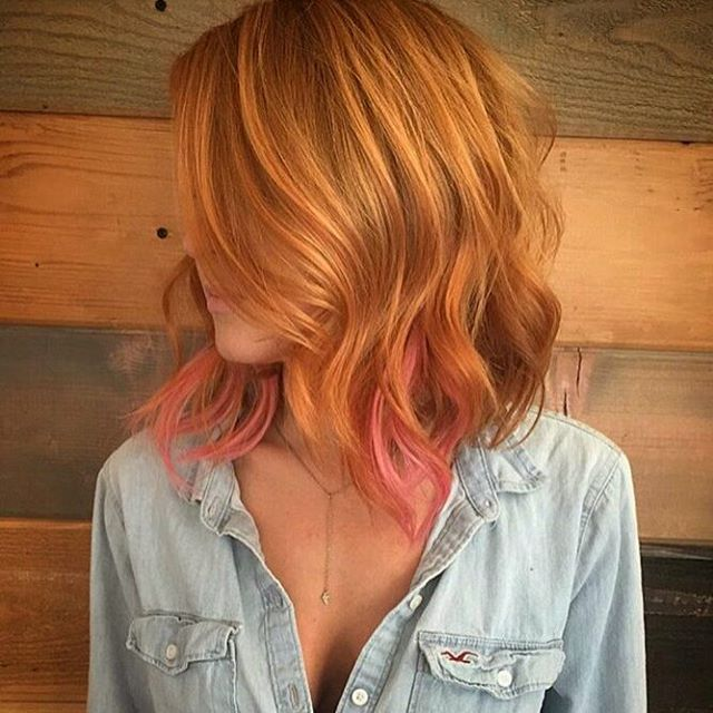 Linda essa combinação de ruivo bem laranja com mechas rosas! Fazer mechas coloridas é uma ótima ideia para quem tem medo de radicalizar, mas quer aderir à tendência do pink hair