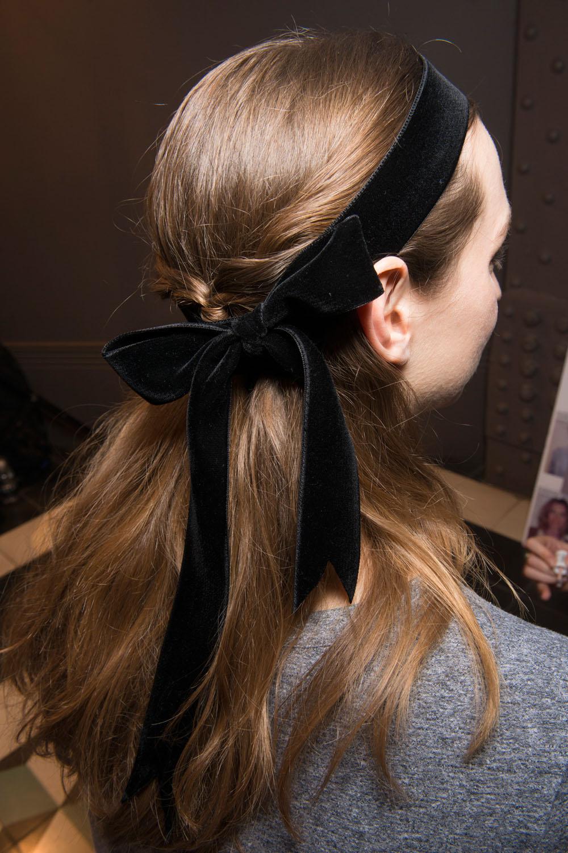 Veludo fever! O laço no cabelo complementando o meio rabo é super estiloso - e fácil de fazer!