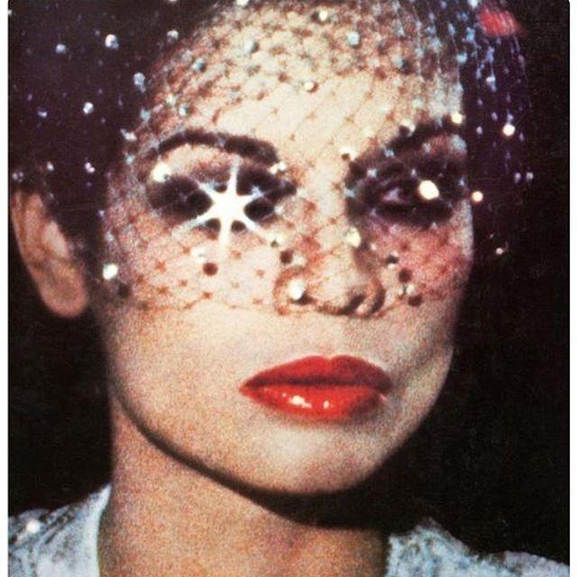 Brilho e batom vermelho Bianca Jagger