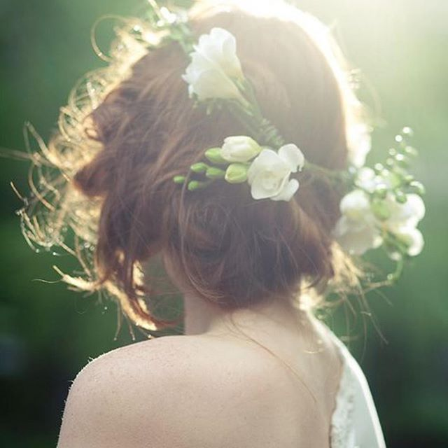 Coque baixo com flores