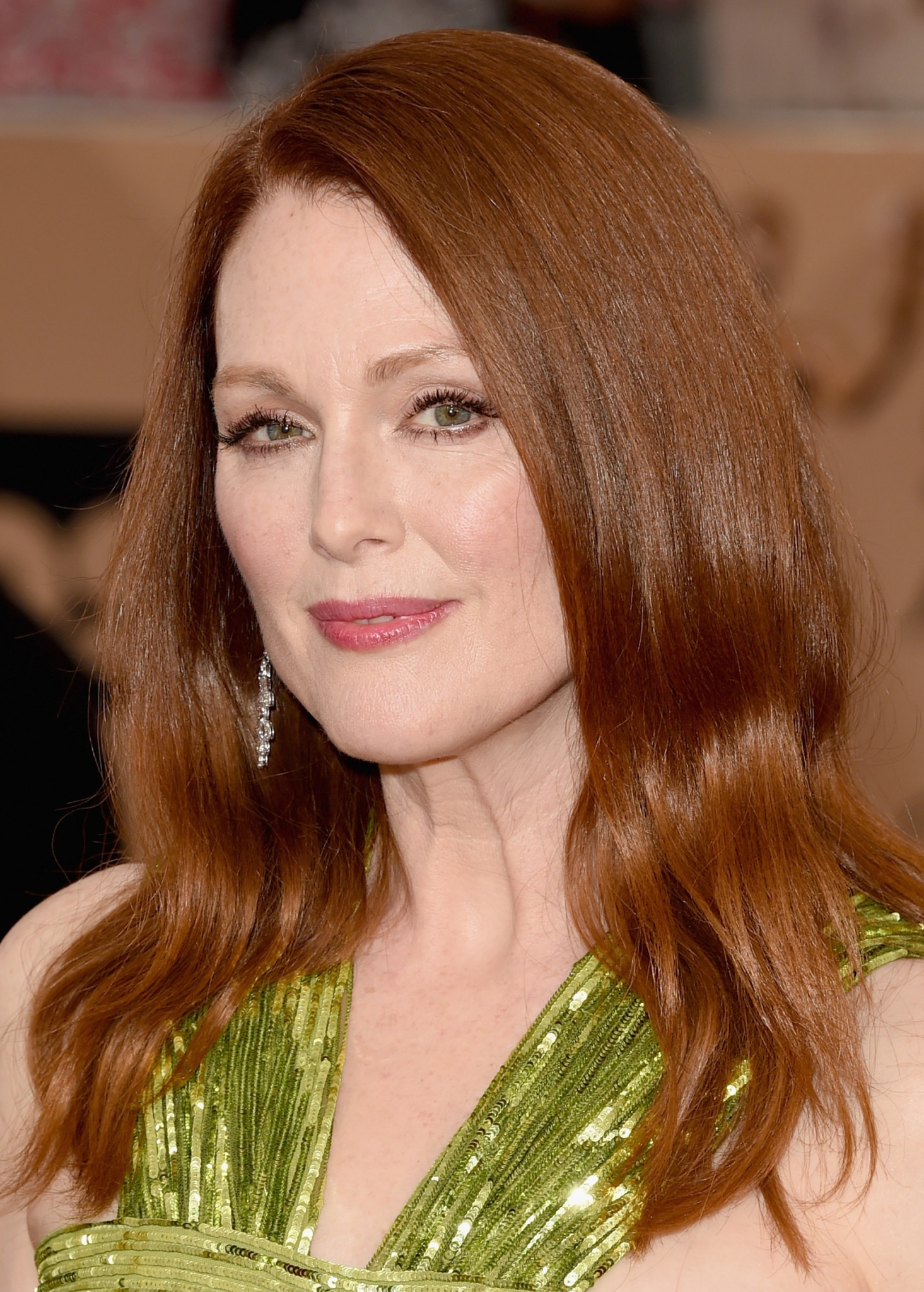 Soft waveson hair Julianne Moore