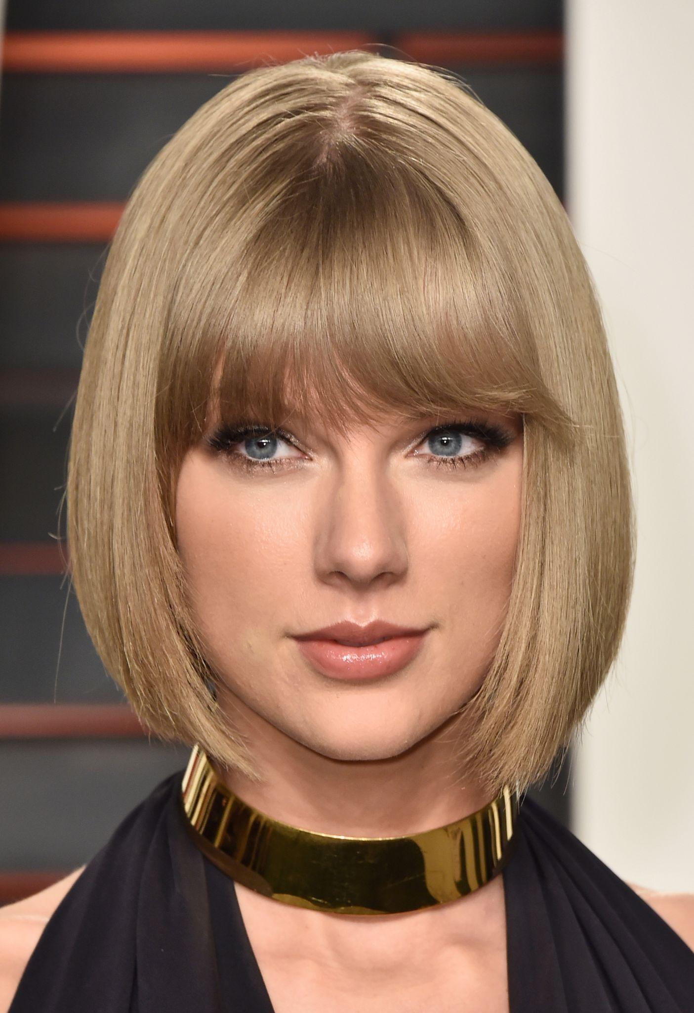 Taylor Swift cabelo liso com franja