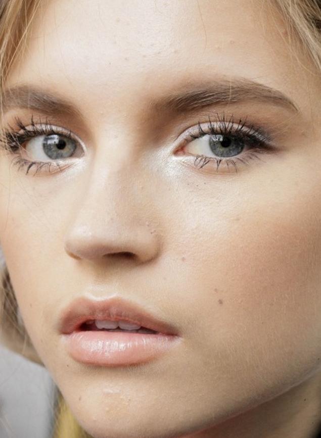 Make clean com emoção: cantinho do olho bem iluminado, traço gatinho discreto e cílios bem realçados