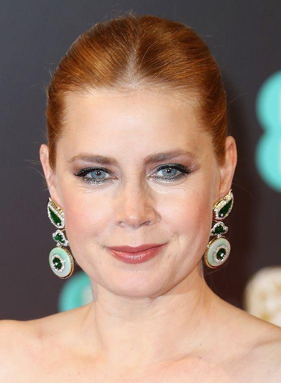 Amy Adams com olho mais definido no contorno - lindo -, blush pêssego e coque com risca no meio