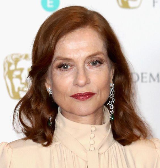 Elegância pura Isabelle Huppert com make leve e cabelo com ondas polidas