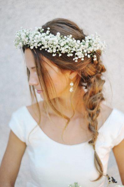 Inspiração para noivas: coroa de flores miúdas e delicadas, uma graça