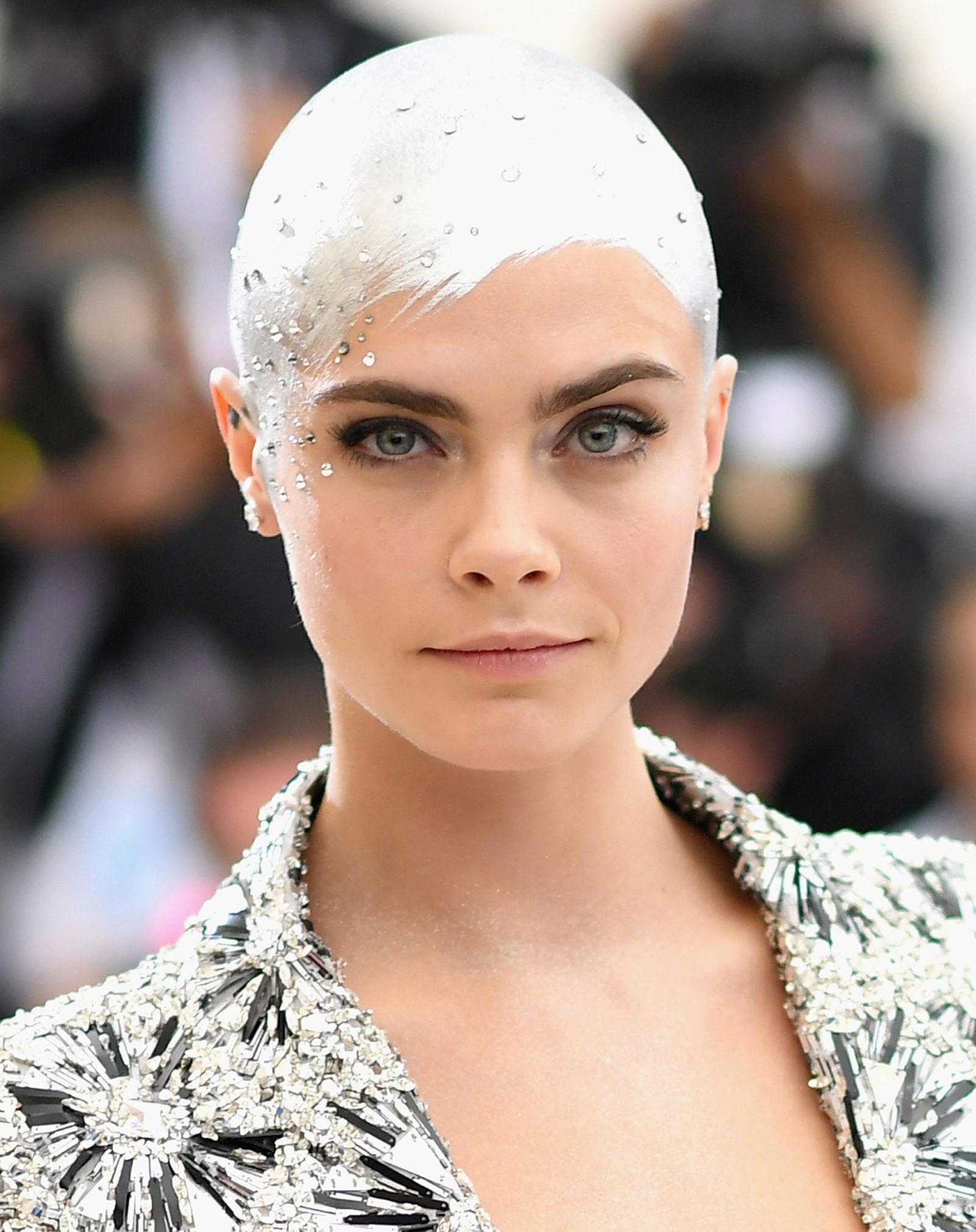 A cabeça prateada com cristais de Cara Delevinge roubou a atenção no tapete vermelho do MET Gala. A atriz raspou os cabelos para seu personagem no longa Life In A Year
